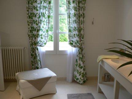Grande chambre d\'hotes ouverte sur jardin, grande salle de bains. La ...